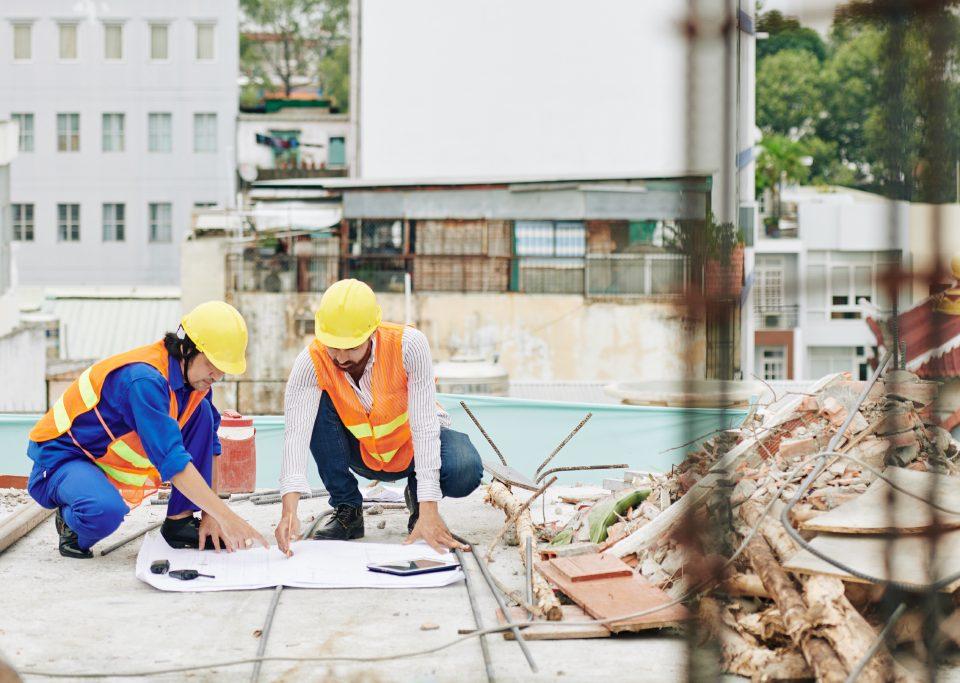 Operai consultano un progetto